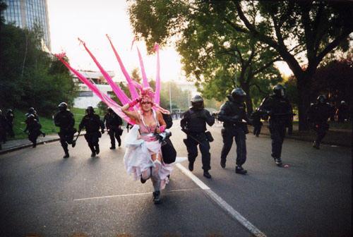 G8 Protest Prag Pink Lady
